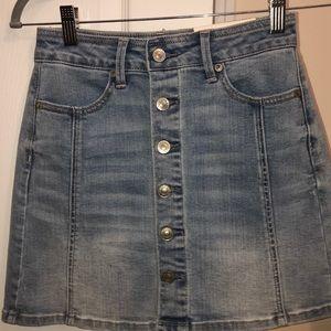 Button-up light wash jean skirt 🌟